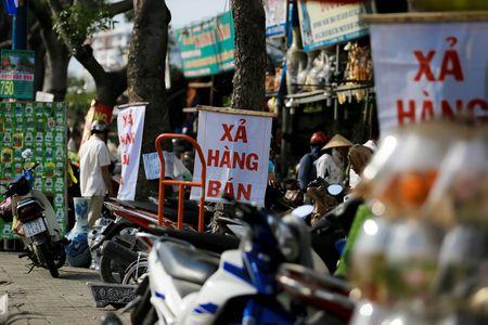 Dong loat xa hang truoc ngay tra dat quoc phong o Tan Son Nhat - Anh 5