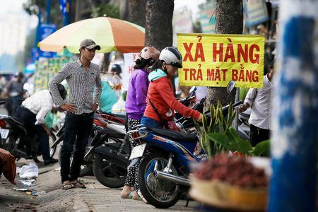 Dong loat xa hang truoc ngay tra dat quoc phong o Tan Son Nhat - Anh 7