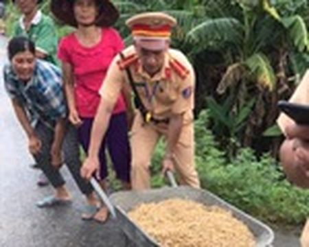 """Quang Ninh: Nguoi dan tranh nhau """"hoi"""" ngo roi cua tai xe container - Anh 1"""