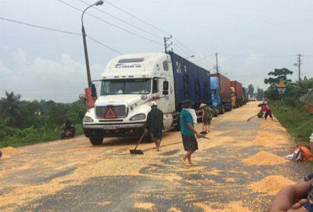 """Quang Ninh: Nguoi dan tranh nhau """"hoi"""" ngo roi cua tai xe container - Anh 2"""