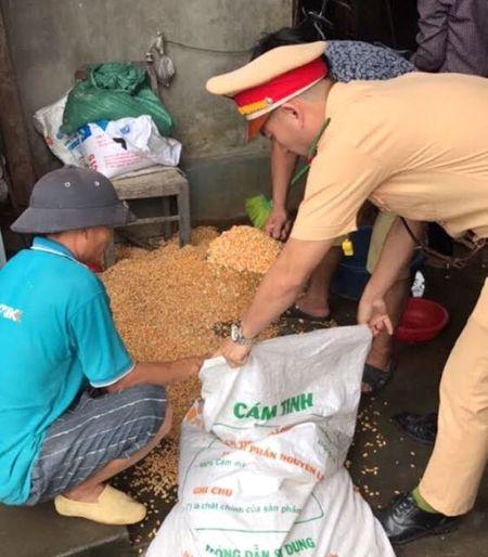 """Quang Ninh: Nguoi dan tranh nhau """"hoi"""" ngo roi cua tai xe container - Anh 3"""