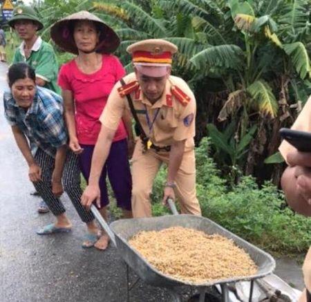 """Quang Ninh: Nguoi dan tranh nhau """"hoi"""" ngo roi cua tai xe container - Anh 4"""