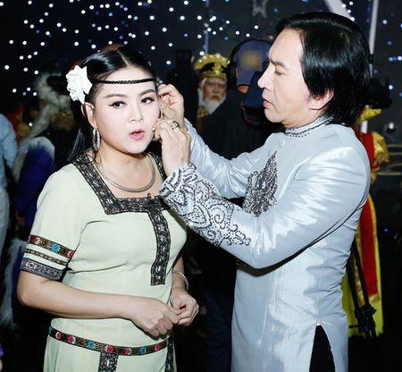 NSUT Kim Tu Long an can cham soc vo thu ba trong hau truong - Anh 1