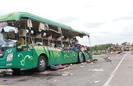 Tai nan nghiem trong o Binh Dinh, 5 nguoi chet: Luoi may ui 'xe' hong xe khach - Anh 1
