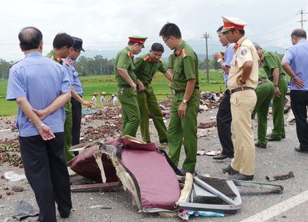 Tai nan nghiem trong o Binh Dinh, 5 nguoi chet: Luoi may ui 'xe' hong xe khach - Anh 4