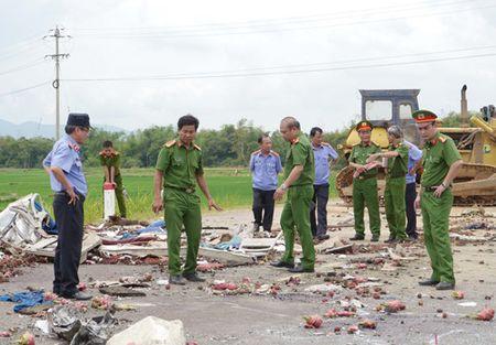 Tai nan nghiem trong o Binh Dinh, 5 nguoi chet: Luoi may ui 'xe' hong xe khach - Anh 5