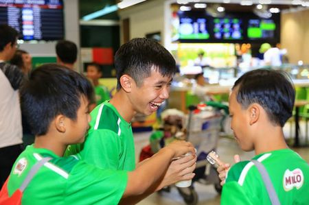 5 guong mat tieu bieu tu giai bong da MILO Cup - HKPD toan quoc da tro ve sau 5 ngay tap huan tai CLB Barcelona. - Anh 5
