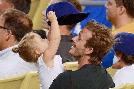 David Beckham chap nhan 'lui ve hau cung' thay vo cham soc gia dinh - Anh 15