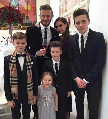 David Beckham chap nhan 'lui ve hau cung' thay vo cham soc gia dinh - Anh 23