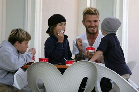 David Beckham chap nhan 'lui ve hau cung' thay vo cham soc gia dinh - Anh 9