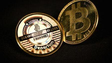 Tien mat mat gia vi sieu lam phat, nguoi Venezuela 'dem xeng' di dao bitcoin - Anh 1