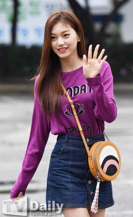 Dan visual lung linh cua I.O.I tai ngo tren duong den Music Bank - Anh 3