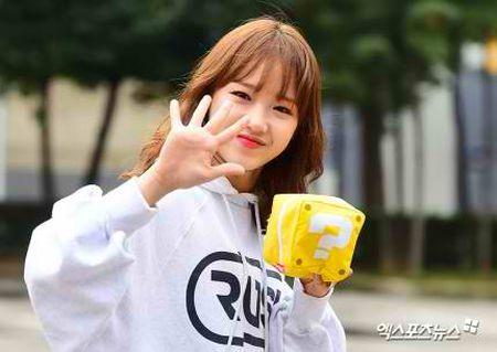 Dan visual lung linh cua I.O.I tai ngo tren duong den Music Bank - Anh 4