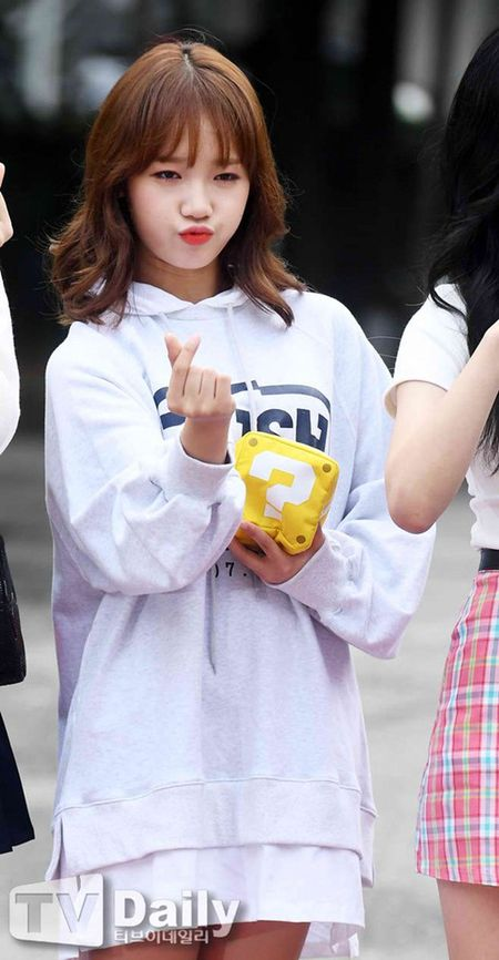 Dan visual lung linh cua I.O.I tai ngo tren duong den Music Bank - Anh 5