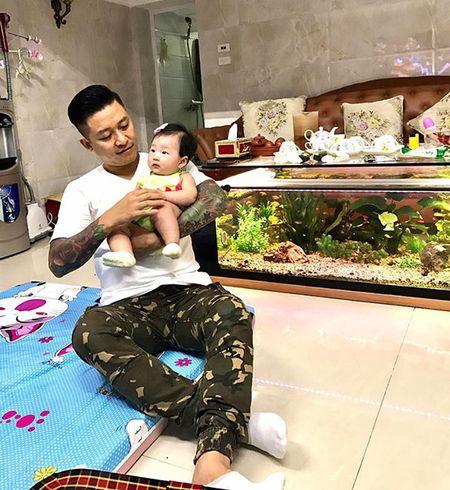 """Lo anh fan nu hon """"ong bo hai con"""" Tuan Hung trong bar - Anh 4"""