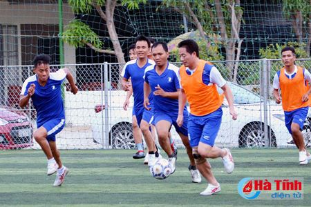 Khai mac Giai bong da nganh Thong tin va Truyen thong Ha Tinh - Anh 3