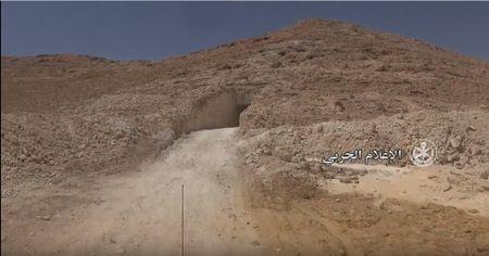 Quan doi Syria danh chiem them nhieu cu dia, thu giu kho vu khi IS tai Homs (video) - Anh 1