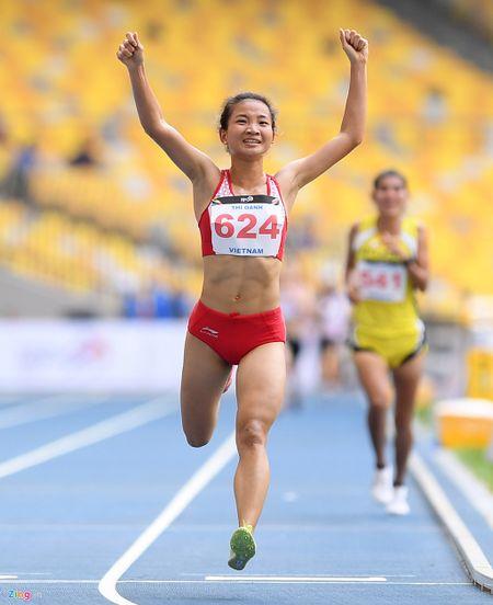 VDV gianh HCV chay 5.000 m diu dong doi cung mung chien thang - Anh 5