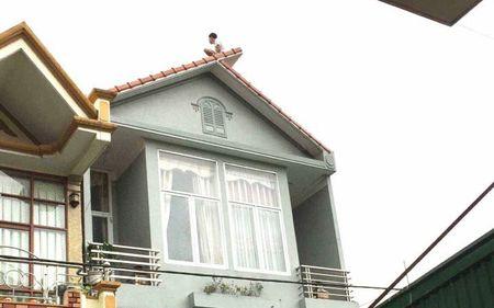Thanh nien nghi ngao da 'co thu' tren noc nha roi tu tu - Anh 1