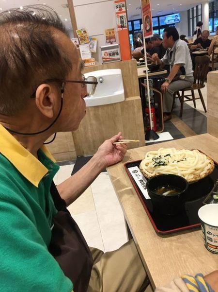 Nguoi dan ong mac chiec ao suot 18 nam va cau chuyen cam dong long nguoi - Anh 1