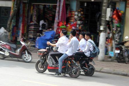 Tran lan canh hoc sinh dau tran di xe dien bat chap luat giao thong - Anh 1