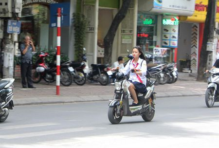 Tran lan canh hoc sinh dau tran di xe dien bat chap luat giao thong - Anh 2