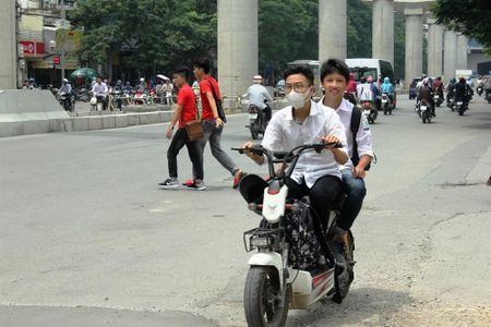 Tran lan canh hoc sinh dau tran di xe dien bat chap luat giao thong - Anh 6
