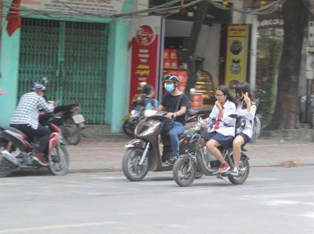 Tran lan canh hoc sinh dau tran di xe dien bat chap luat giao thong - Anh 7