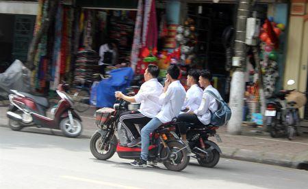 Tran lan canh hoc sinh dau tran di xe dien bat chap luat giao thong - Anh 8