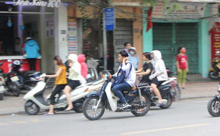 Tran lan canh hoc sinh dau tran di xe dien bat chap luat giao thong - Anh 9