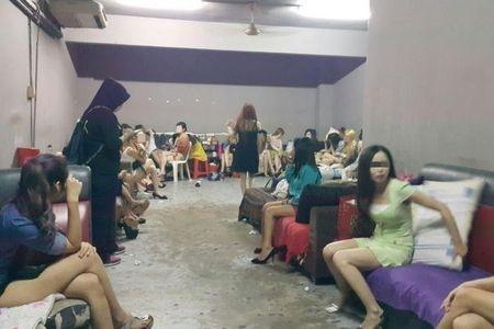 Malaysia bat giu 12 phu nu Viet Nam lien quan den mai dam - Anh 1