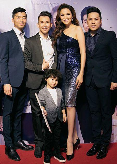 Con trai Hoa hau Diem Huong banh bao ben bo me - Anh 11