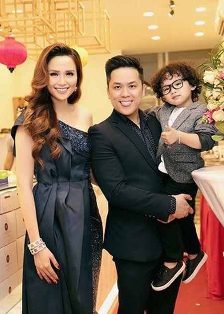 Con trai Hoa hau Diem Huong banh bao ben bo me - Anh 3