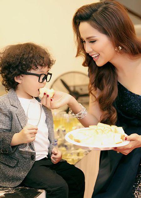 Con trai Hoa hau Diem Huong banh bao ben bo me - Anh 4