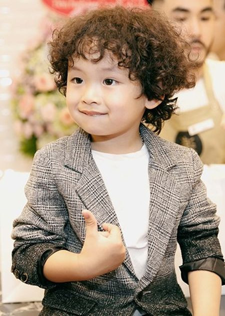 Con trai Hoa hau Diem Huong banh bao ben bo me - Anh 8