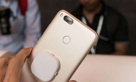 Can canh Xiaomi Mi A1 y het Bphone 2017, gia chi mot nua - Anh 5