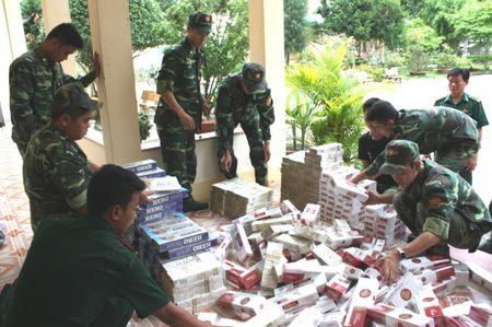 Bat vu van chuyen 7.500 goi thuoc la ngoai - Anh 1