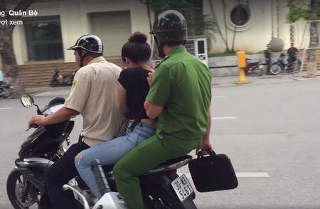 Ba lao nhat ve chai bat hot girl lua ban tam gia 'cat co' giua pho Ha Noi - Anh 1