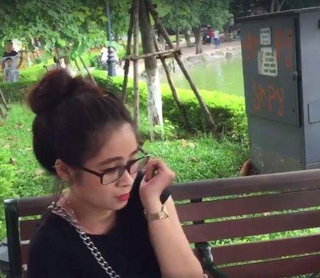 Ba lao nhat ve chai bat hot girl lua ban tam gia 'cat co' giua pho Ha Noi - Anh 2