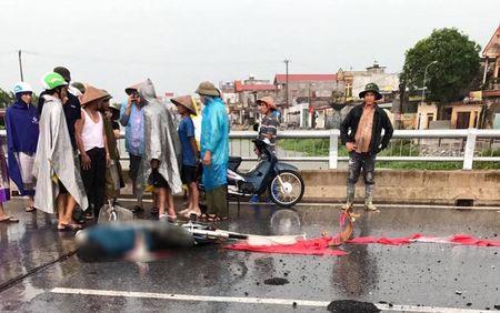 Nguoi phu nu bi set danh chet khi dap xe tren cau o Nam Dinh - Anh 1