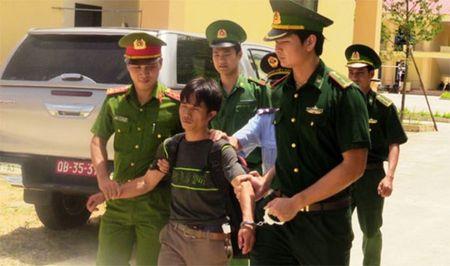 Vuot rung 'om' 10 kg ma tuy da ve Viet Nam - Anh 1