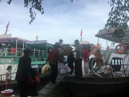 Vuot song Da Giang, tiep suc thay tro truong THCS Tan Dan den truong - Anh 1