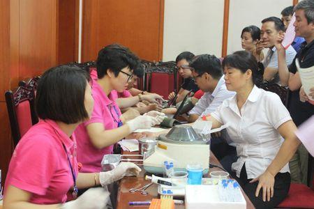 Cong doan Van phong Trung uong Dang gui trao 'nhung giot mau hong' - Anh 3