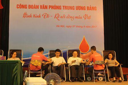 Cong doan Van phong Trung uong Dang gui trao 'nhung giot mau hong' - Anh 7