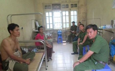 Hoa Binh: Con re doa giet bo vo, chem trong thuong hai cong an xa - Anh 1