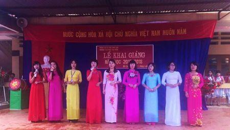 Gap co giao Mu Cang Chai nhan qua cua Bo truong Phung Xuan Nha trong ngay khai giang - Anh 4