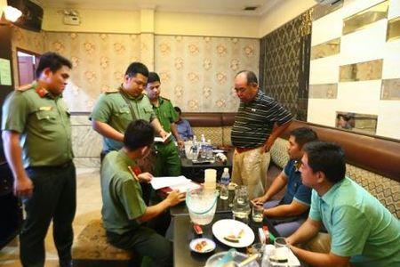 Tram tiep vien nu mac khieu goi phuc vu khach Dai Loan - Anh 2
