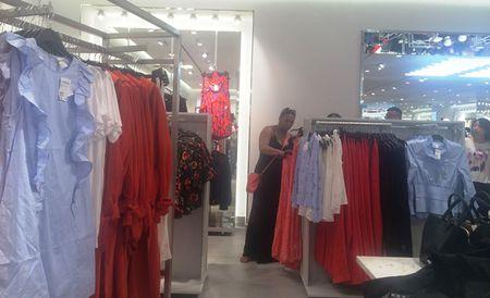 Trong H&M co gi ma dan Sai Gon 'phat dien'? - Anh 2