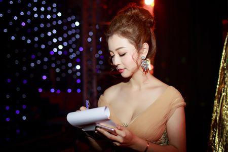 Nu MC kiem hoa hau 3 con co vong 1 quyen ru nhat showbiz Viet - Anh 7