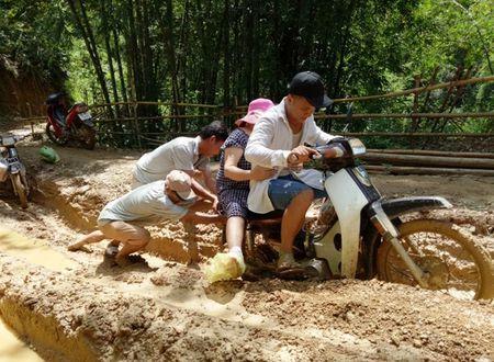 Trai nghiem duong den truong 'di bo nhanh hon xe may' o Thanh Hoa - Anh 1